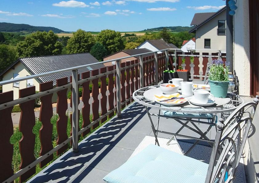 Zudem gibt es sowohl einen Balkon als auch eine große Terrasse mit Grillmöglichkeit.